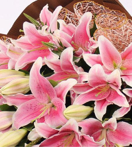 亲密爱人-8支香水粉百合,新鲜绿叶点缀