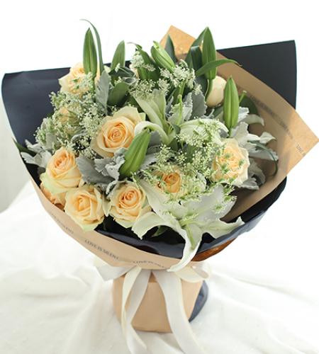 天秤座守护花-香槟玫瑰11枝、白百合3枝、蕾丝3枝、银叶菊8枝