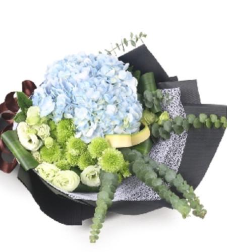 感谢相逢-1枝蓝色绣球,3枝绿色洋桔梗,搭配适量绿色小扣菊,剑叶,尤加利叶,巴西叶