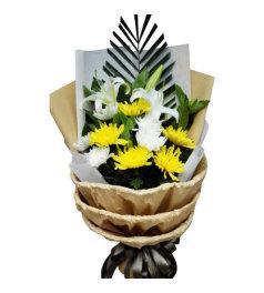 追忆难忘-9朵白菊花、黄菊花,2枝百合花,搭配散尾葵叶、绿叶