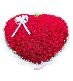 爱你的心-365朵红玫瑰心形包扎而成,搭配满天星