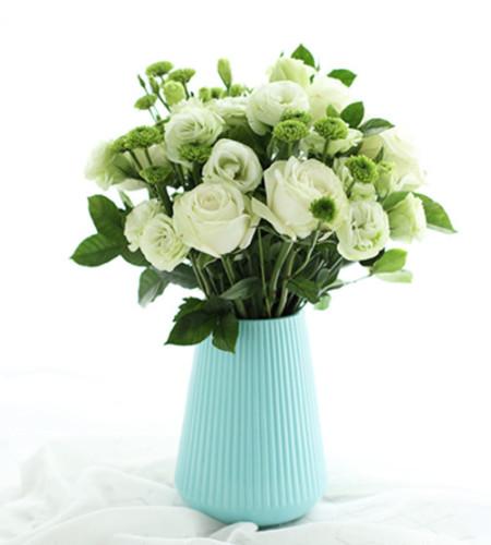 思念的煎熬-11枝白雪山玫瑰、5枝小绿菊、8枝绿桔梗
