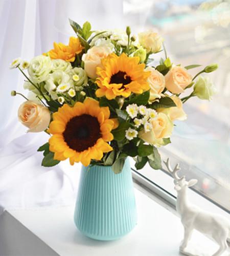 阳光笑脸-3枝向日葵、9枝香槟玫瑰、4枝白色小雏菊、5枝绿桔梗