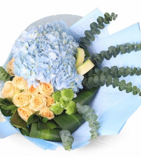 祝福-11枝香槟玫瑰,1枝蓝色绣球,搭配适量尤加利叶,绿色康乃馨,巴西叶,剑叶