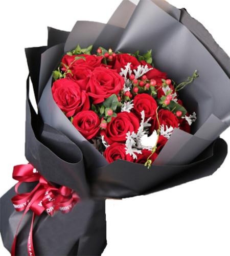 Merry Christmas-19枝红玫瑰,火龙珠,银叶菊绿叶搭配