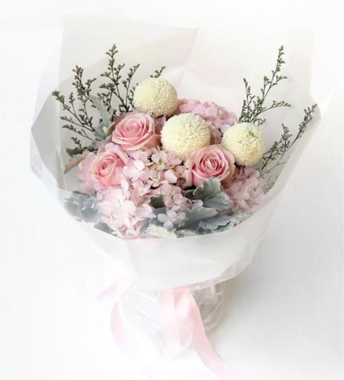 3枝粉佳人粉玫瑰,3枝白色乒乓球菊,1枝粉绣球1-1